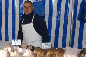 Poissonnerie France Marée au marché de Verneuil sur Seine