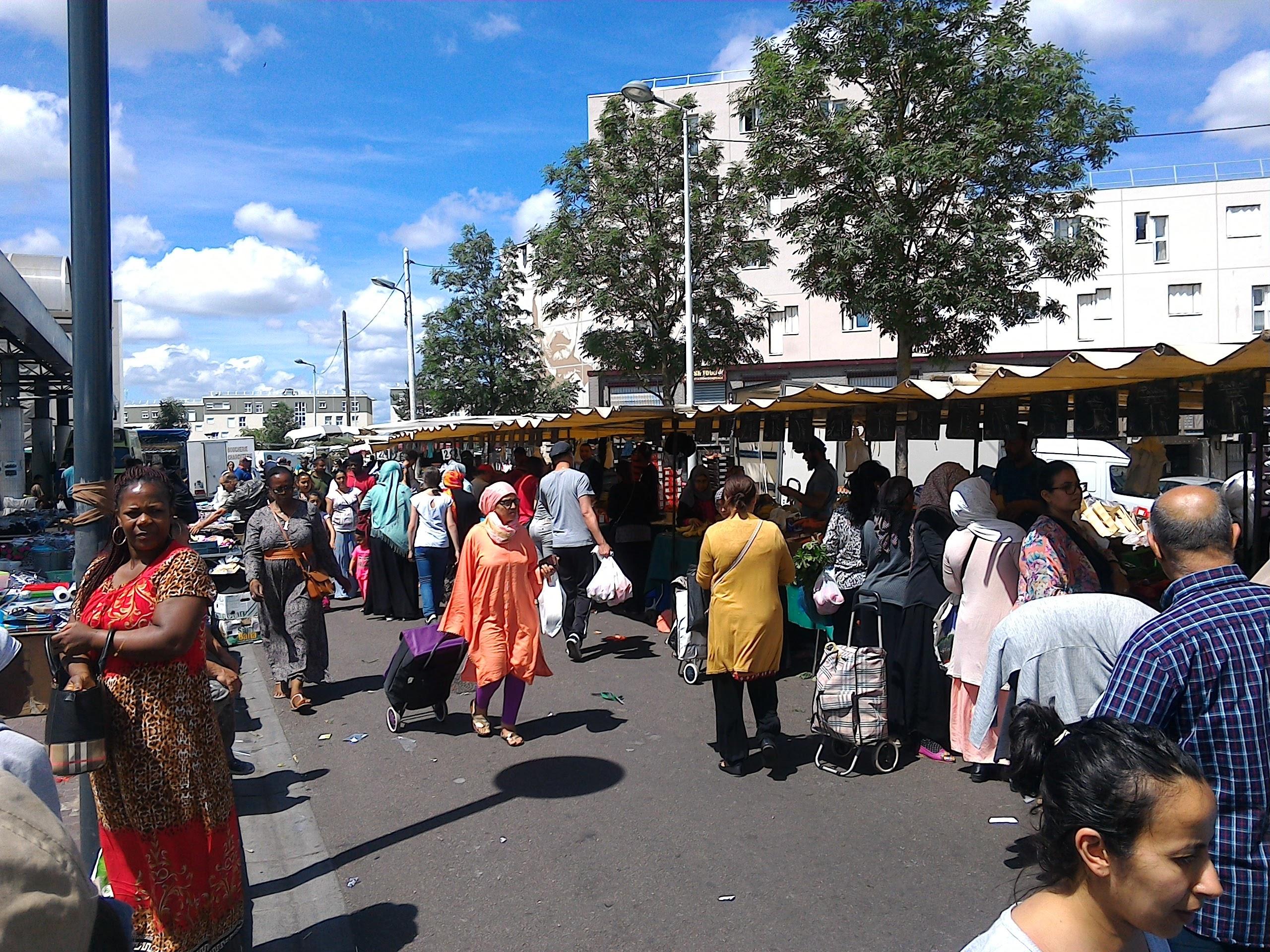 Le marché de Chanteloup-les-Vignes les mercredis et les samedis matin